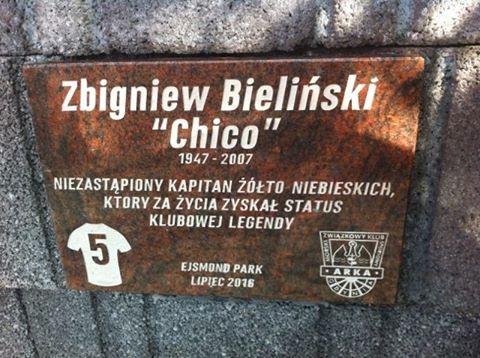 """Tablica pamiątkowa ku czci Zbigniewa Bielińskiego u podnóża """"Górki"""" na stadionie przy ul. Ejsmonda."""
