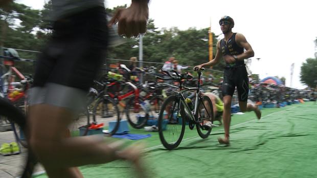 Strefa zmian T1, w której zawodnicy po pływaniu wskakiwali na rowery.
