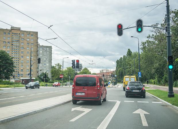 Nowy sygnalizator kierunkowy (w lewo) na skrzyżowaniu Siennickiej i Głębokiej z pewnością poprawi bezpieczeństwo kierowców w tym miejscu.
