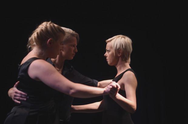 Pełne napięcia, niespokojne kompozycje Astora Piazzolli po raz drugi zostały zinterpretowane w śpiewie i tańcu przez trio: Agnieszka Castellanos-Pawlak (po lewej), Renia Gosławska (w środku) i Magdalena Smuk (po prawej).