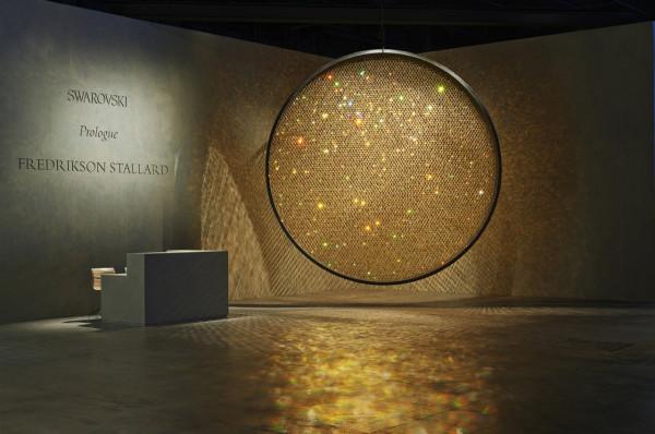 "Instalacja ""Prologue"" autorstwa Patrika Fredrikson'a oraz Ian Stallard'a, prezentowana na Art Basel w Hong Kongu w 2014 roku."