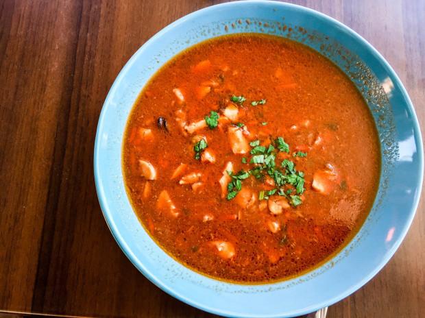 Pochodząca z Marsylii zupa z owoców morza bouillabaisse w Całej Naprzód.