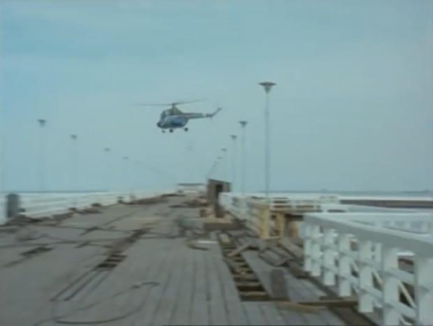 Podczas przelotu śmigłowca z Borewiczem na pokładzie przez ułamek sekundy widać, w jak opłakanym stanie było pod koniec lat 70. sopockie molo.