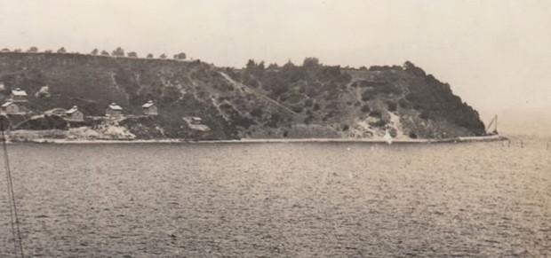 Stara fotografia przedstawia Kępę Oksywską od strony zatoki, z widocznymi jeszcze niezadrzewionymi klifami.