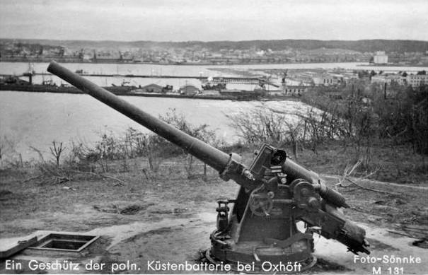Poniżej Kępy Oksywskiej (na trzecim planie) widać port wojenny i handlowy.