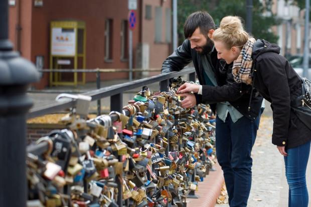 Od pięciu lat zakochani z Trójmiasta, ale i przyjezdni, wieszają na moście na ul. Korzennej kłódki, jako symbol stałości ich uczucia.