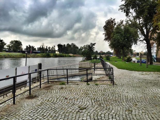 Tereny wokół planowanej przeprawy zmienią się w przestrzeń publiczną. Obecnie to skromna promenada i przystanek tramwaju wodnego.