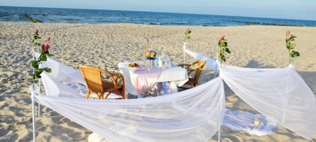 Kolacja na plaży, to nadal bardzo romantyczny sposób na oświadczyny.