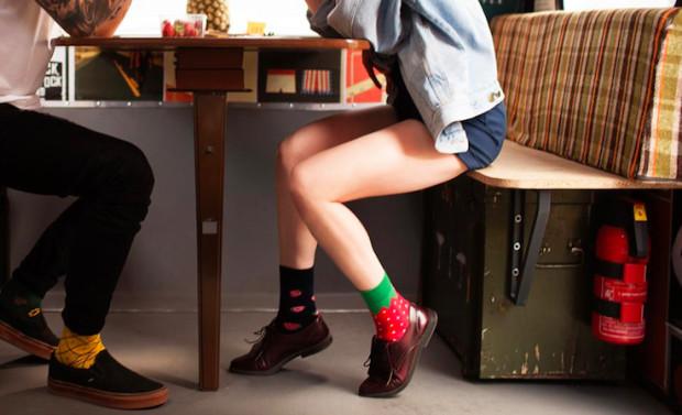 """""""Różne"""" skarpetki to nowa moda, która spodobała się wielu ludziom odwiedzającym stoisko Eastend na jarmarku."""