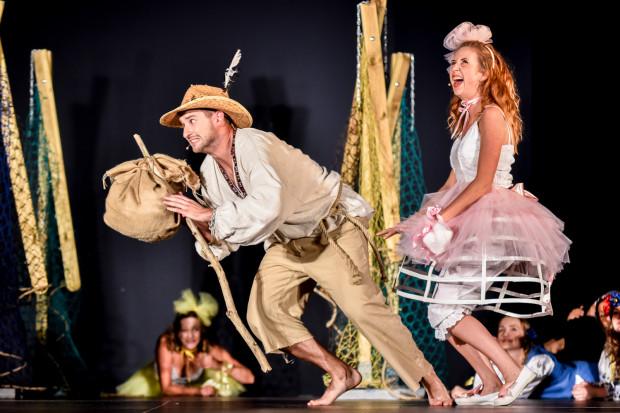Spektakl ma dużą dynamikę i dobrą dramaturgię, dzięki czemu naiwna bajka o gdyńskich rybkach ma sporo wdzięku. Na zdjęciu Krzysztof Węgrzynowicz (Przybysz) i Marta Stanke (Anna).