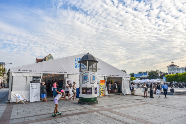 Impreza była dobrze widoczna w centrum miasta, zaś każdy, kto dotarł na Plac Przyjaciół Sopotu, nie mógł nie zauważyć wielkiego namiotu Targów Książki.