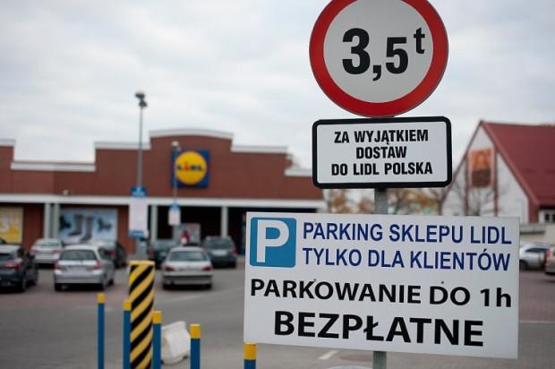 Zlokalizowane w centrach miast supermarkety pobierają opłaty za korzystanie ze swojego parkingu, choć swoim klientom pozwalają parkować za darmo przez 30 min - 1 godzinę.