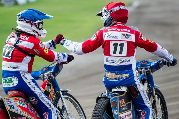 W żużlu zawodnicy mogą ścigać się w kilku różnych ligach. To, że Magnus Zetterstroem (z lewej) i Linus Sundstroem (z prawej) ścigają się przeciwko sobie w Szwecji, by kilka dni później pomagać sobie w jednym zespole w Polsce, jest na porządku dziennym.