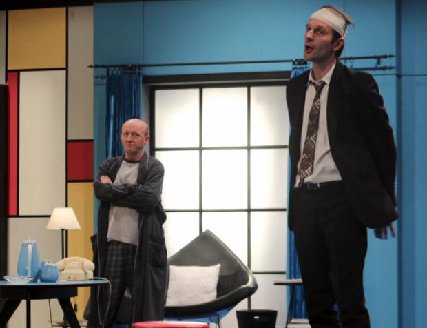 """Niełatwe jest życie bigamisty, zwłaszcza gdy perfekcyjny grafik zostaje zaburzony i John pojawia się nie tam, gdzie powinien. Na szczęście zawsze może liczyć na swojego przyjaciela Stanleya. """"Mayday. Run For Your Wife"""" zobaczymy w Teatrze Muzycznym 7 listopada."""