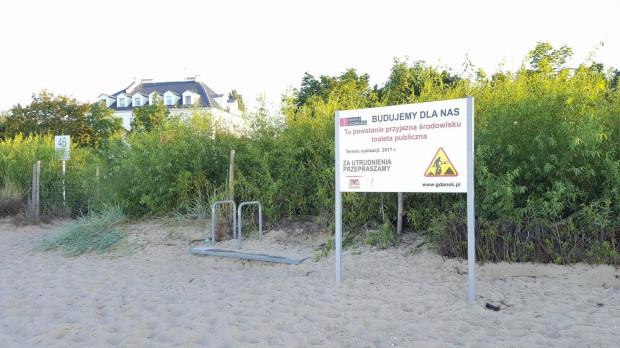Na wysokości wejść na plażę, przy których staną nowe toalety, pojawiły się już tablice informacyjne.
