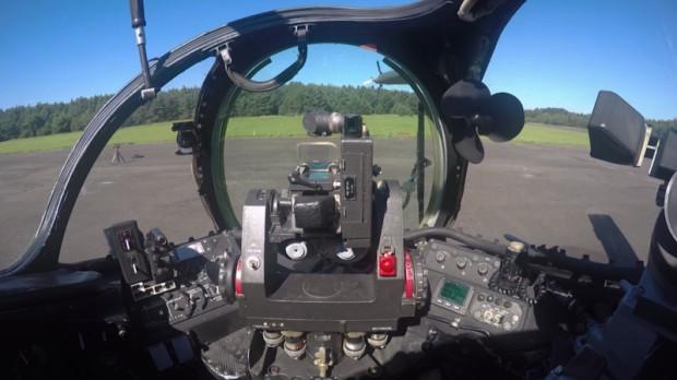 Kabina pilota-operatora znajduje się z przodu śmigłowca. Za nią, nieco wyżej, zlokalizowana jest z kolei kabina pilota-dowódcy.