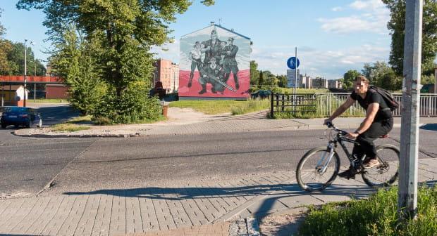 Jednym z przebudowanych przejazdów będzie ten na przecięciu z ul. Podmiejską. Rowerzyści w tym miejscu przejeżdżają prosto przez jezdnię lub wybierają pobliskie przejście dla pieszych, nadkładając tym samym ponad 80 metrów drogi.
