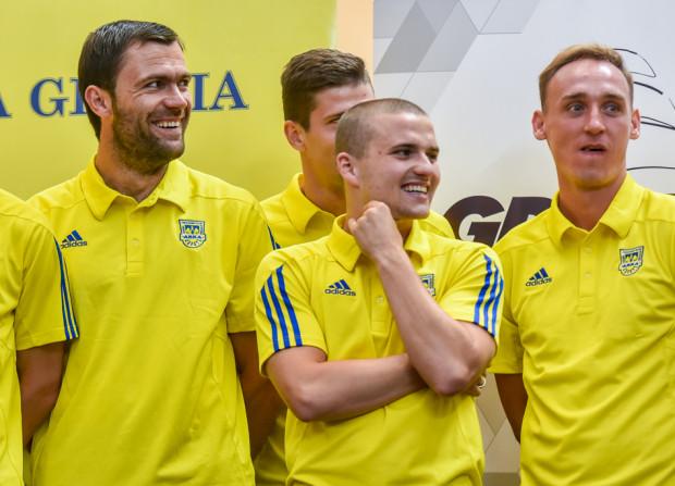 """Oni zaczynali sezon jako rezerwowi. Adam Marciniak (z prawej) wykorzystał szansę, którą otworzyła przed nim kontuzja Yannicka Sambei i Legii w Warszawie strzelił 2 gole. Adrian Błąd (w środku) zapewne zagra w """"11"""" w Kielcach. Krzysztof Sobieraj jeszcze musi uzbroić się w cierpliwość."""