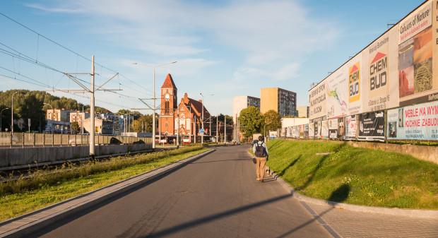 Ulica Struga dzisiaj nie posiada nawet chodnika, a część zabudowy skryta jest za szpetnymi reklamami. Projekt planu ma przekształcić ją w atrakcyjną przestrzeń publiczną.