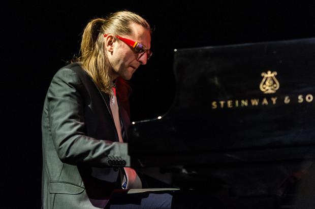 """Sfinks Swings to mikrofestiwal jazzowy, który organizatorzy nazywają """"trzeźwą inicjatywą prezentacji muzyki improwizowanej"""". Posłuchamy m.in. Leszka Możdżera w towarzystwie młodych trójmiejskich jazzmanów."""