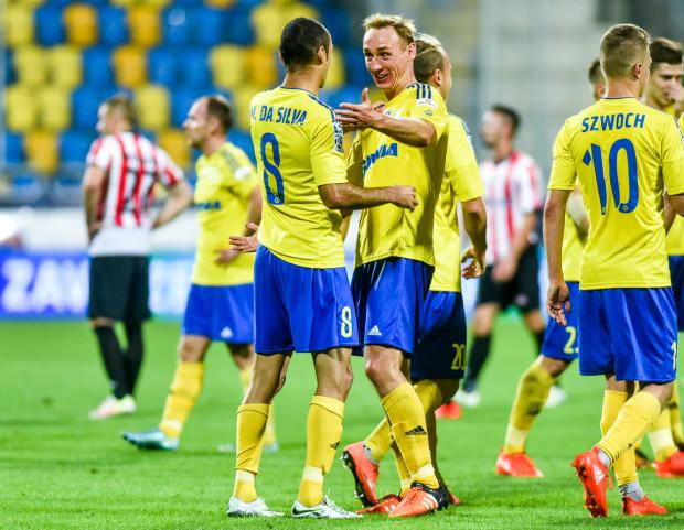 Adam Marciniak (w środku) zanotował asystę przy golu Marcusa, a po meczu wraz z Dariuszem Zjawińskim pocieszał piłkarzy Cracovii po porażce.