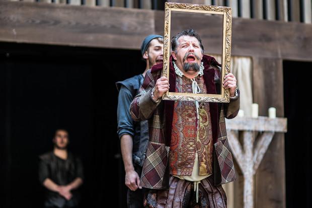 """""""Wesołe kumoszki z Windsoru"""" są doskonałym przykładem współpracy dwóch instytucji na wspólny sukces, do którego w równej mierze przyczynił się Gdański Teatr Szekspirowski i Teatr Wybrzeże."""