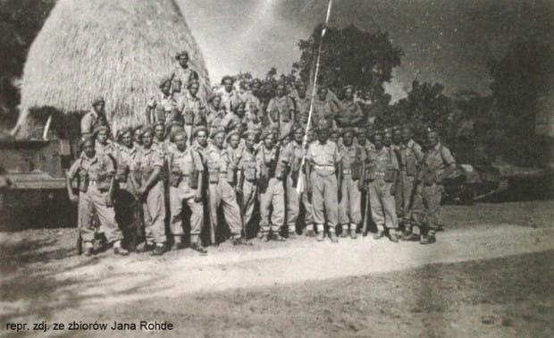 Jan Rohde po tym, jak trafił do amerykańskiej niewoli, został wcielony do polskiego wojska. Zdjęcie wykonano w 1945 r.