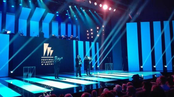 Zespół umila czas gościom czekającym na rozpoczęcie gali podsumowującej 41. Festiwal Filmowy w Gdyni. Na razie ceremonia opóźnia się o 20 minut.