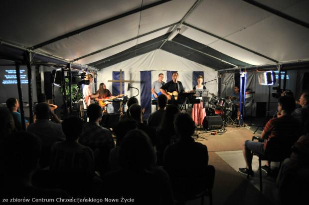 Neal Morse podczas koncertu w namiocie zielonoświątkowców na Olszynce.