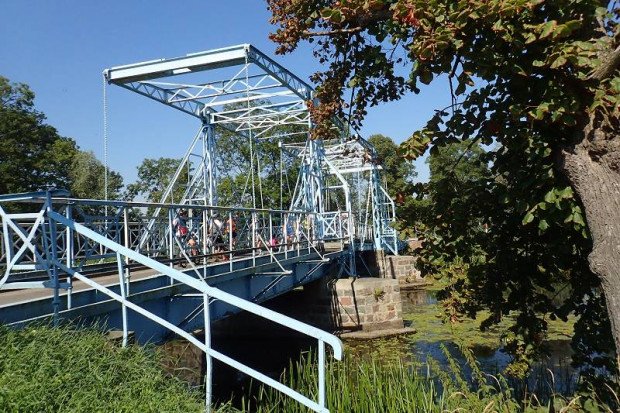 Most zwodzony na rzece Tinie w miejscowości Jezioro