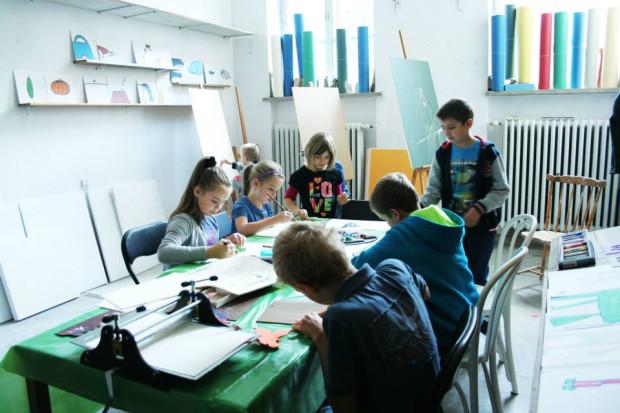 Zajęcia edukacyjne są jedną z możliwości na ciekawe spędzanie czasu po szkole.