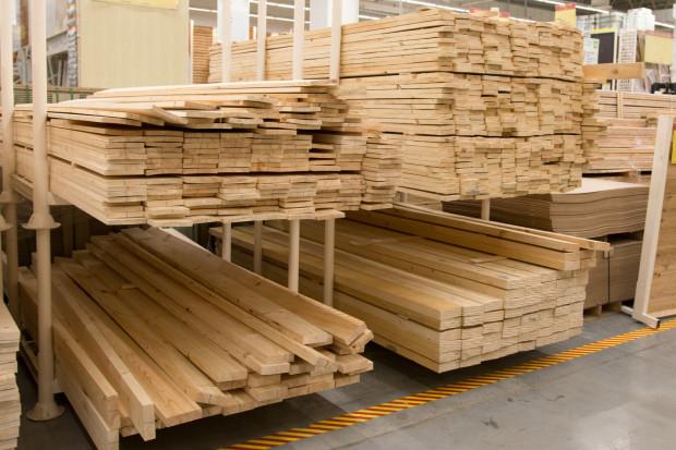 Kupując materiały budowlane przyjrzyjmy się, w jakich warunkach są przechowywane. Dla drewna czy płyt kartonowo-gipsowych, a także klei czy zapraw ważne będzie czy są przechowywane w suchym miejscu. Nie bez znaczenia jest także temperatura.