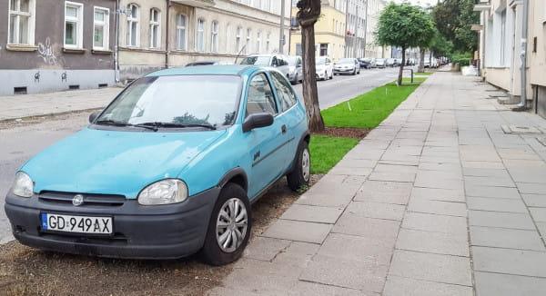 Samochód, którego nie udało się przestawić, by wykonać brakujący fragment nowej zieleni.