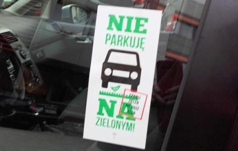 """Naklejka """"Nie parkuję na zielonym"""", którą można za darmo otrzymać w siedzibie ZDiZ."""