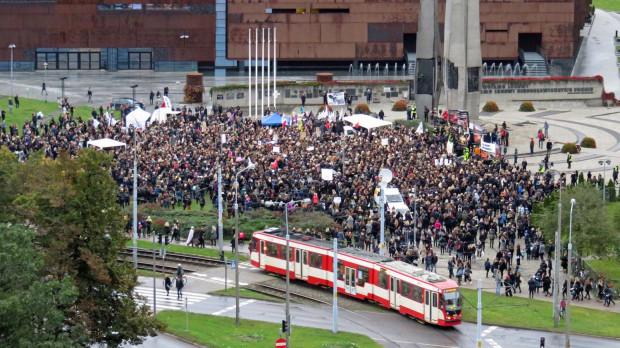 PO godz. 17 na placu Solidarności w Gdańsku było już kilka tysięcy kobiet (i mężczyzn), którzy protestują przeciwko planowanemu zaostrzeniu ustawy o dostępie do aborcji.