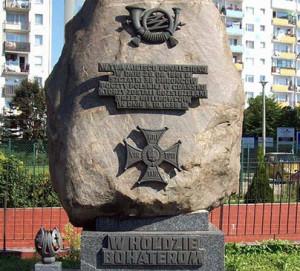 Pomnik w miejscu, gdzie odnaleziono zwłoki polskich pocztowców, zamordowanych przez Niemców 5 października 1939 r. na dawnym poligonie na Zaspie.