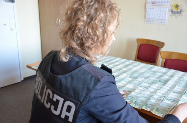 Przy zatrzymanych zabezpieczono m.in. pieniądze pochodzące z jednego z oszustw.