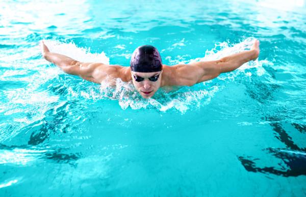 Dorośli coraz chętniej zapisują się na kursy nauki lub doskonalenia pływania.