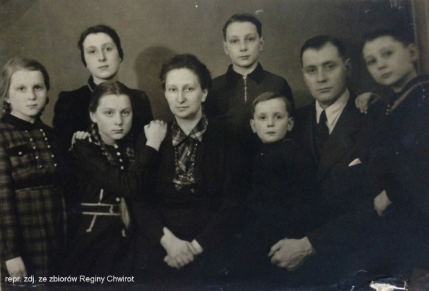 Ciotka Ela i wuj Ego wraz z dziećmi. W 1941 r. przenieśli się ze Stogów do Kartuz. Na pożegnanie Regina otrzymała od cioci zielony koc.