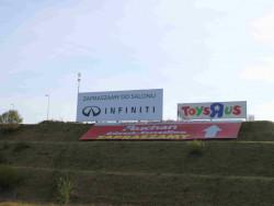 Baner reklamujący salon Infiniti widać z Obwodnicy Trójmiasta.