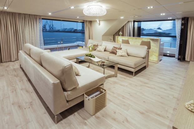 Przestronny salon liczy 65 m kw.