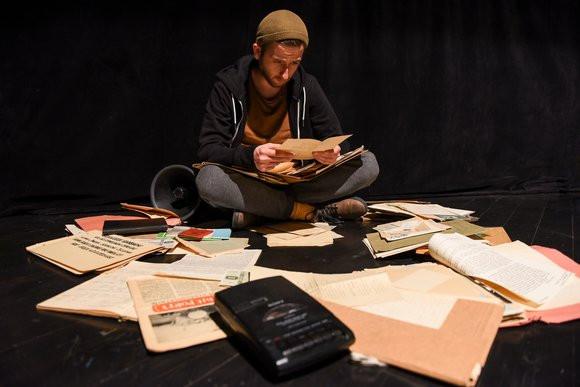 """""""Taśmy gdańskie"""" Teatru Miniatura przypomną historię powojennego Gdańska, opowiedzianą na bazie wspomnień dzisiejszych dziadków oraz dokumentów archiwalnych. Premiera 6 listopada."""