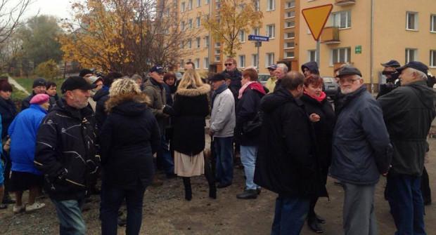 Na proteście pojawiło się kilkadziesiąt osób. Pod petycją przeciw projektowi urzędników podpisało się kilkaset mieszkańców.