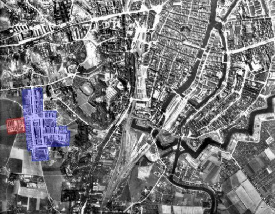 Zdjęcie lotnicze południowego Gdańska, listopad 1944 r. Osiedle robotnicze zbudowane dla pracowników przemysłu stoczniowego na Chełmie zaznaczone kolorem niebieskim. Na czerwono - obóz jeńców wojennych, którzy pracowali przy inwestycji (źródło: zbiory prywatne, opracowanie własne).