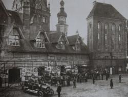 Gdańscy strażacy przy jednostce przy ul. Ogarnej 1. Na fotografii widać w tle nieistniejącą dziś Wielką Synagogę.