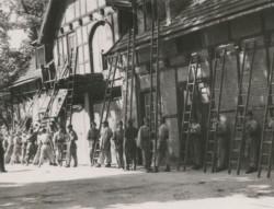 Jedni z pierwszych strażaków po wojnie w Gdańsku, zastęp nr V z Oliwy. Fotografię wykonano 8 listopada 1949 r. przy al. Grunwaldzkiej 516 A.