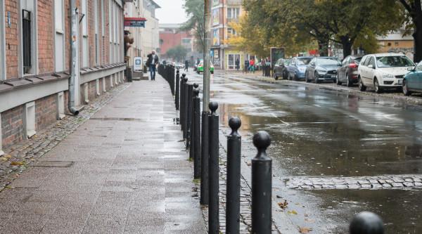 Na ulicy Korzennej tylko po jednej stronie znajduje się 76 słupków.