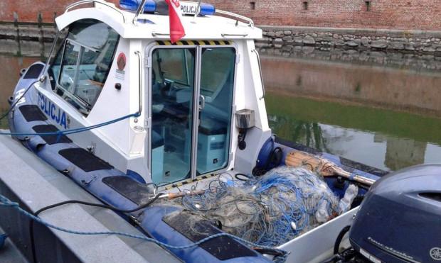 Pod koniec października policjanci z referatu wodnego wyciągnęli 400 m sieci kłusowników, jednak tuż po tym wyciągnęli z wody także swoje motorówki na zimowanie.