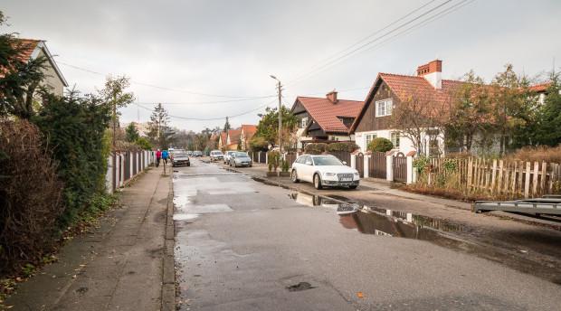 Ulica Pstrowskiego. Nowa zabudowa o wysokości 13 metrów będzie mogła powstać za domami po prawej. Oddzielona od nich zostanie szpalerem drzew.