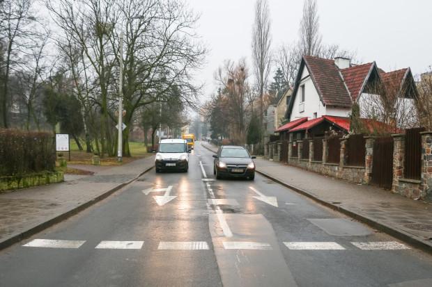 Smoluchowskiego ma zmienić się w ulicę dwukierunkową. Nz. odcinek zaraz przy al. Zwycięstwa.